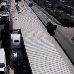 Según la Policía, el motorista del camión irrespetó el paso restringido en el carril, ya que ese tipo de transporte pesado tiene prohibido la circulación en esa vía.