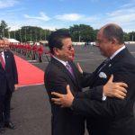 El presidente de Costa Rica, Luis Guillermo Solís, fue recibido en el aeropuerto salvadoreño por el canciller, Hugo Martínez.