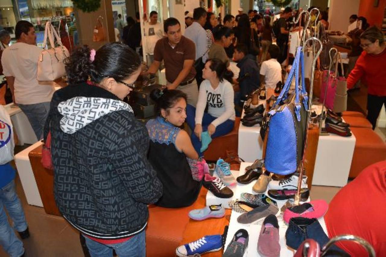 En zapatos se podían encontrar de 25 % a 40 % de descuentos en Metrocentro Santa Ana.