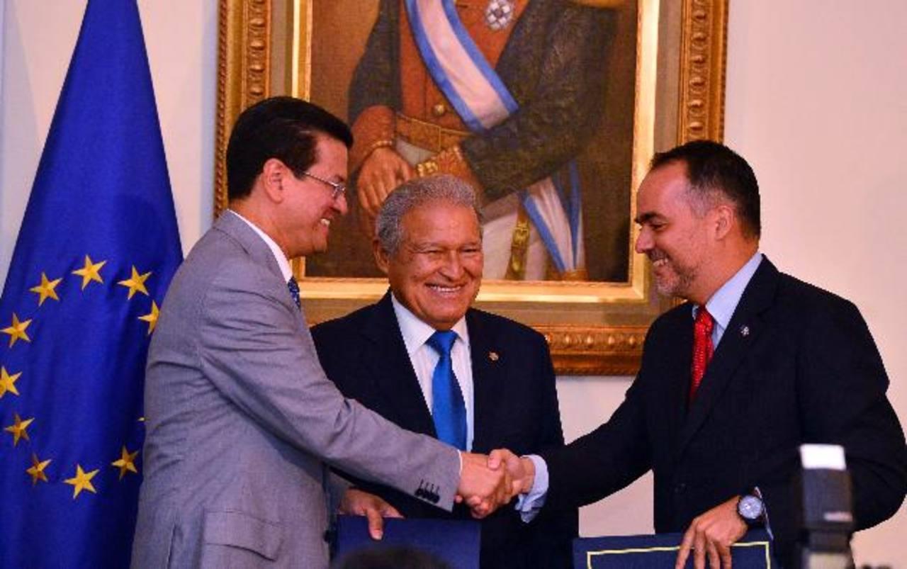 El canciller Hugo Martínez, el presidente Salvador Sánchez Cerén y el embajador de la UE, Jaume Segura Socías. Foto EDH / René Quintanilla