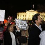 A la izquierda, un grupo de inmigrantes se congregó frente a la Casa Blanca anoche, tras los anuncios de Obama; a la derecha; el Presidente durante su discurso sobre inmigración. Reuters/EFE