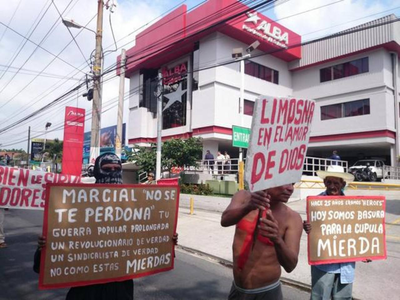 Veteranos del FMLN exigen prestaciones frente a Alba Petróleos