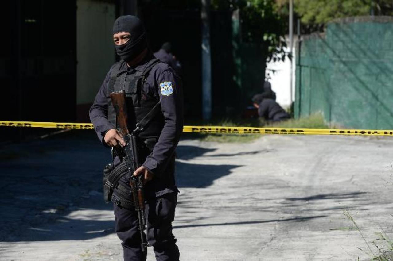 El cadáver de un hombre, que se presume era pandillero, fue hallado en una quebrada de la capital. Foto EDH/Jaime Anaya.