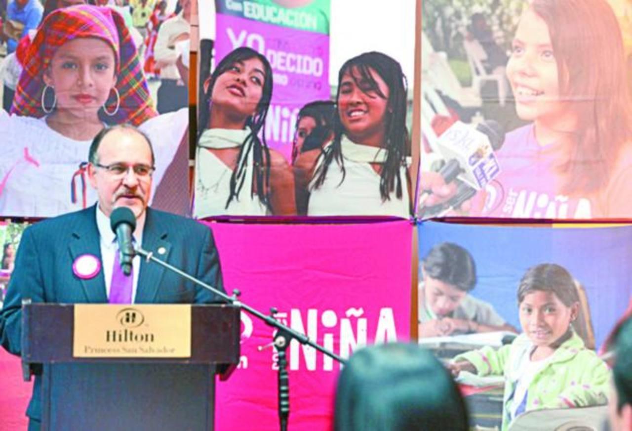 Rodrigo Bustos, director de país de Plan, invitó a los salvadoreños a esta actividad pro becas. foto edh / archivo.