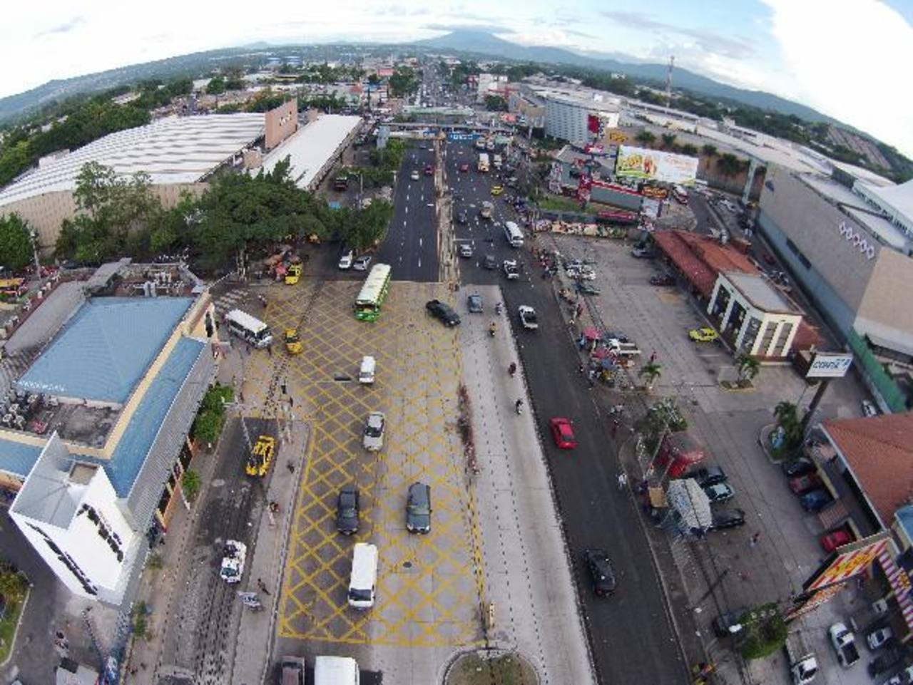 Según la empresa Sipago, en la zona de los centros comerciales, en Soyapango, habrá una parada de buses provisional, la cual ya había sido contemplada construir en mayo . foto EDH /
