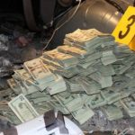 El dinero iba oculto en 145 paquetes dentro del vehículo en el que viajaban los sujetos. foto cortesía de Policía de Guatemala