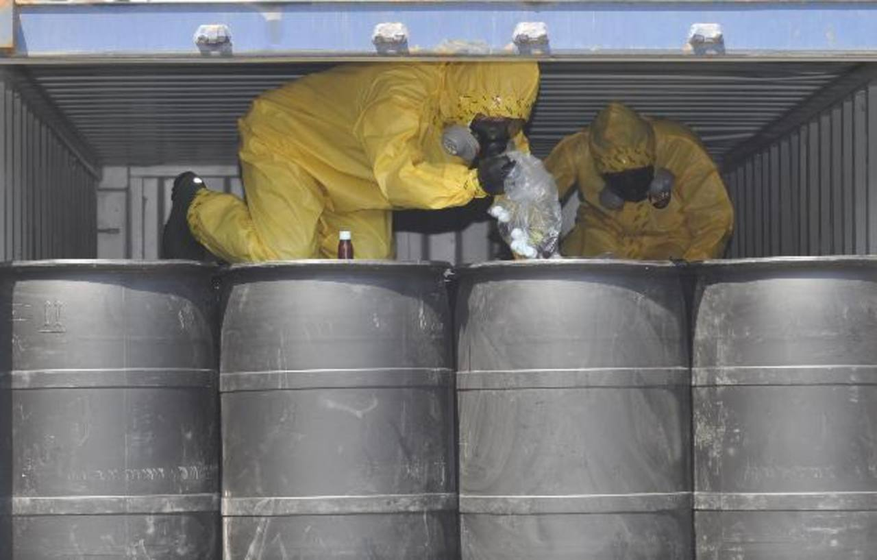 En 2011, las autoridades decomisaron 480 barriles químicos que llegaron al Puerto de Acajutla, Sonsonate, procedentes de Shanghái, China, para tres empresas creadas un año antes. Foto EDH / Archivo