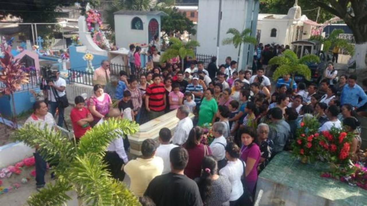 Familiares y amigos dan el último adiós a Josué Ramírez, estudiante ejemplar asesinado ayer.