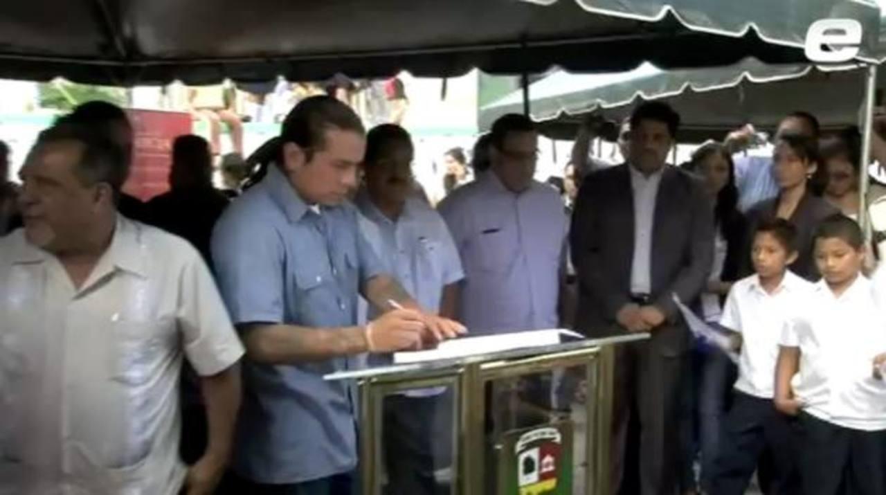 Ramos Mejía firma acuerdo para declarar Santa Tecla municipio libre de violencia en enero de 2013.