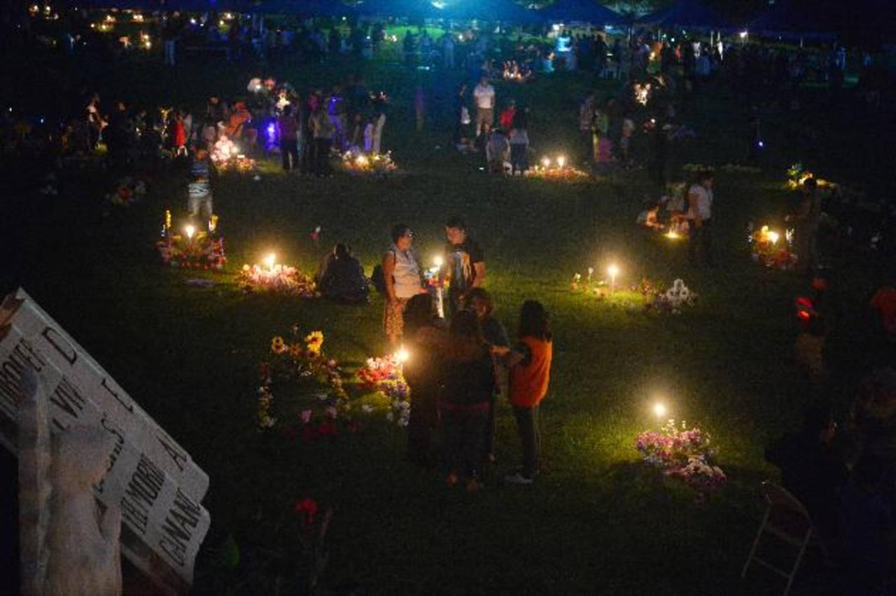 Salvadoreños recuerdan a sus difuntos de día y de noche
