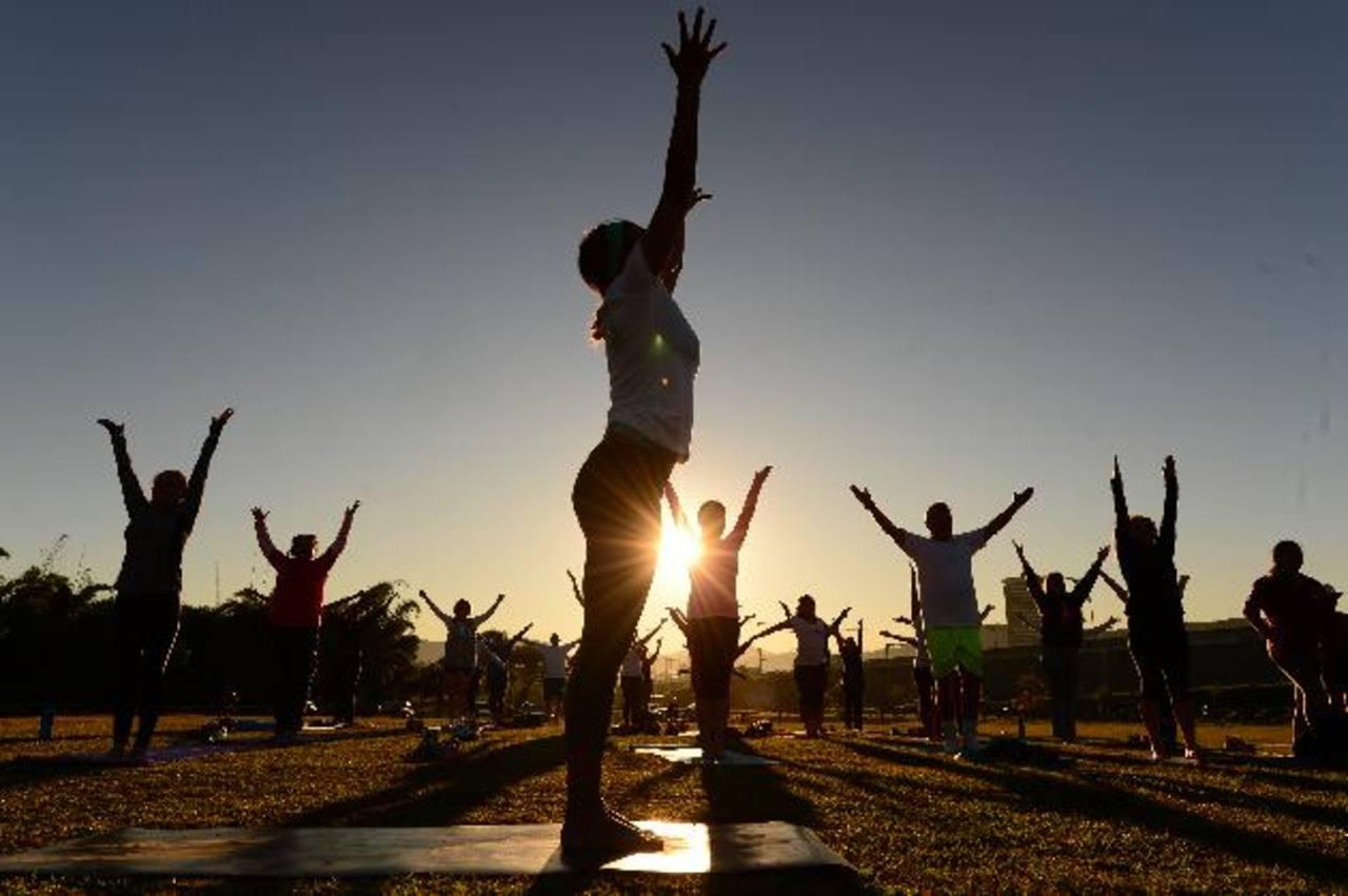 María del Carmen de Palomo fue la encargada de la sesión de yoga de ayer. Un centenar de personas participó de la iniciativa en el parque Bicentenario.