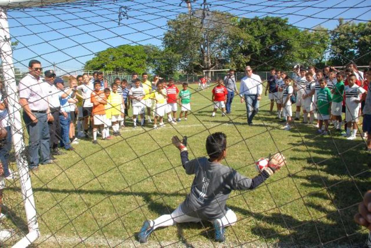 Son más de 600 niños y jóvenes los que se han beneficiado con la escuela de fútbol. Foto EDH / insy mendoza