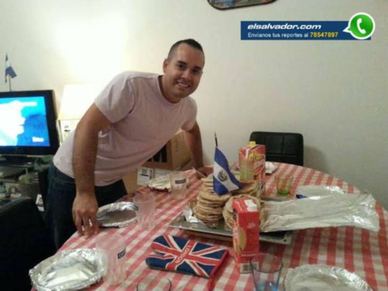 Ricardo Mauricio González, residente en Italia, preparó la mesa para comer pupusas