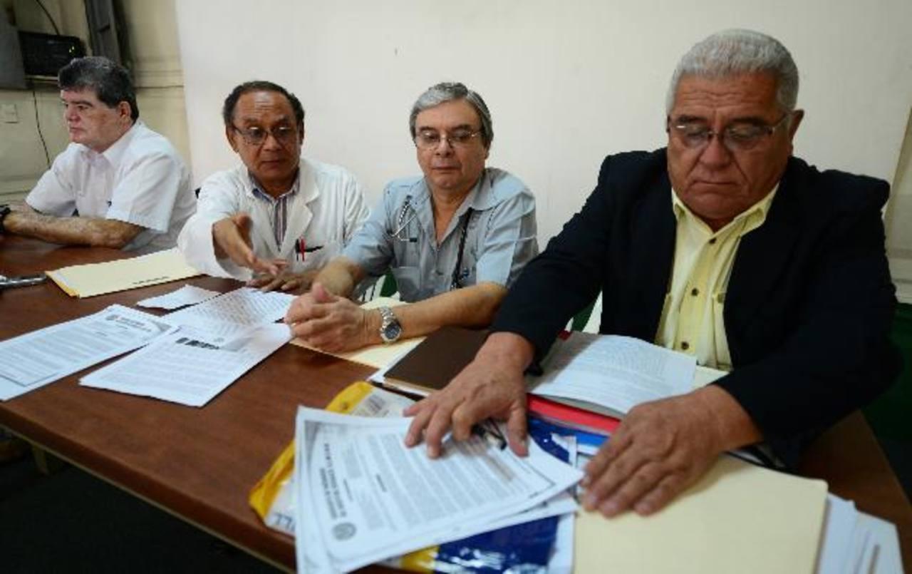 Miembros del sindicato del hospital Rosales en conferencia de prensa.