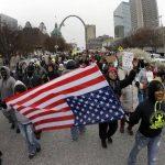 En San Luis, Misuri, varios manifestantes que protestan contra la decisión del jurado investigador en Ferguson . foto edh / ap
