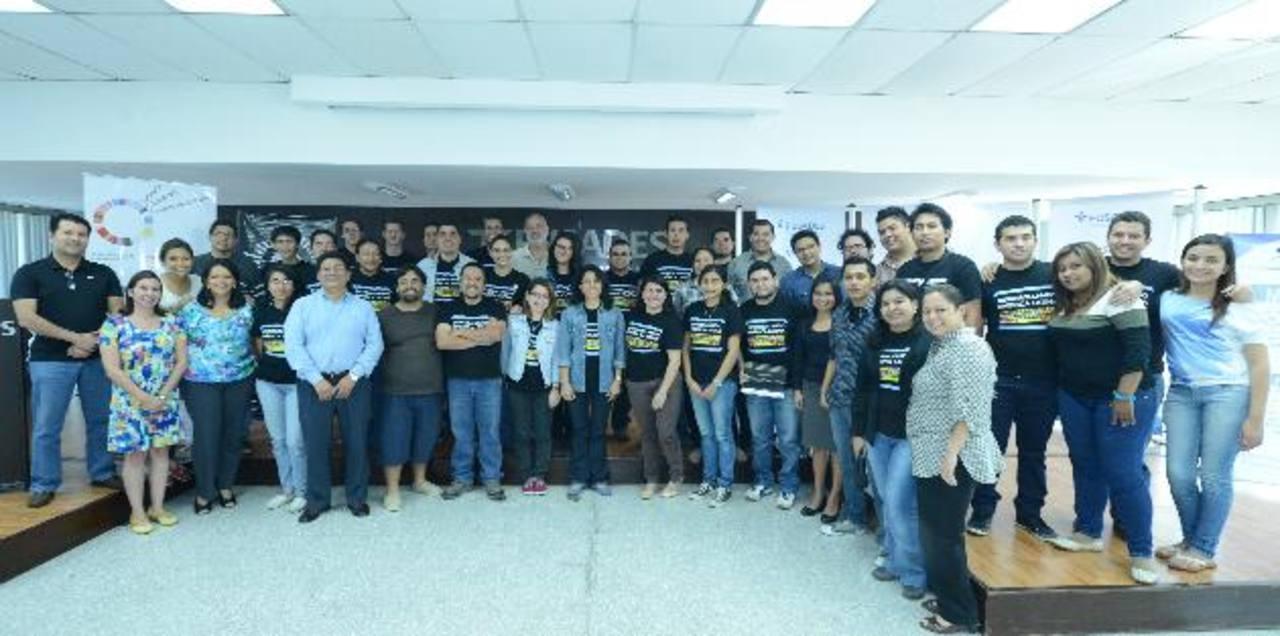 El grupo de jóvenes que representa los nueve proyectos finalistas junto a algunos organizadores y jurado. foto EDH