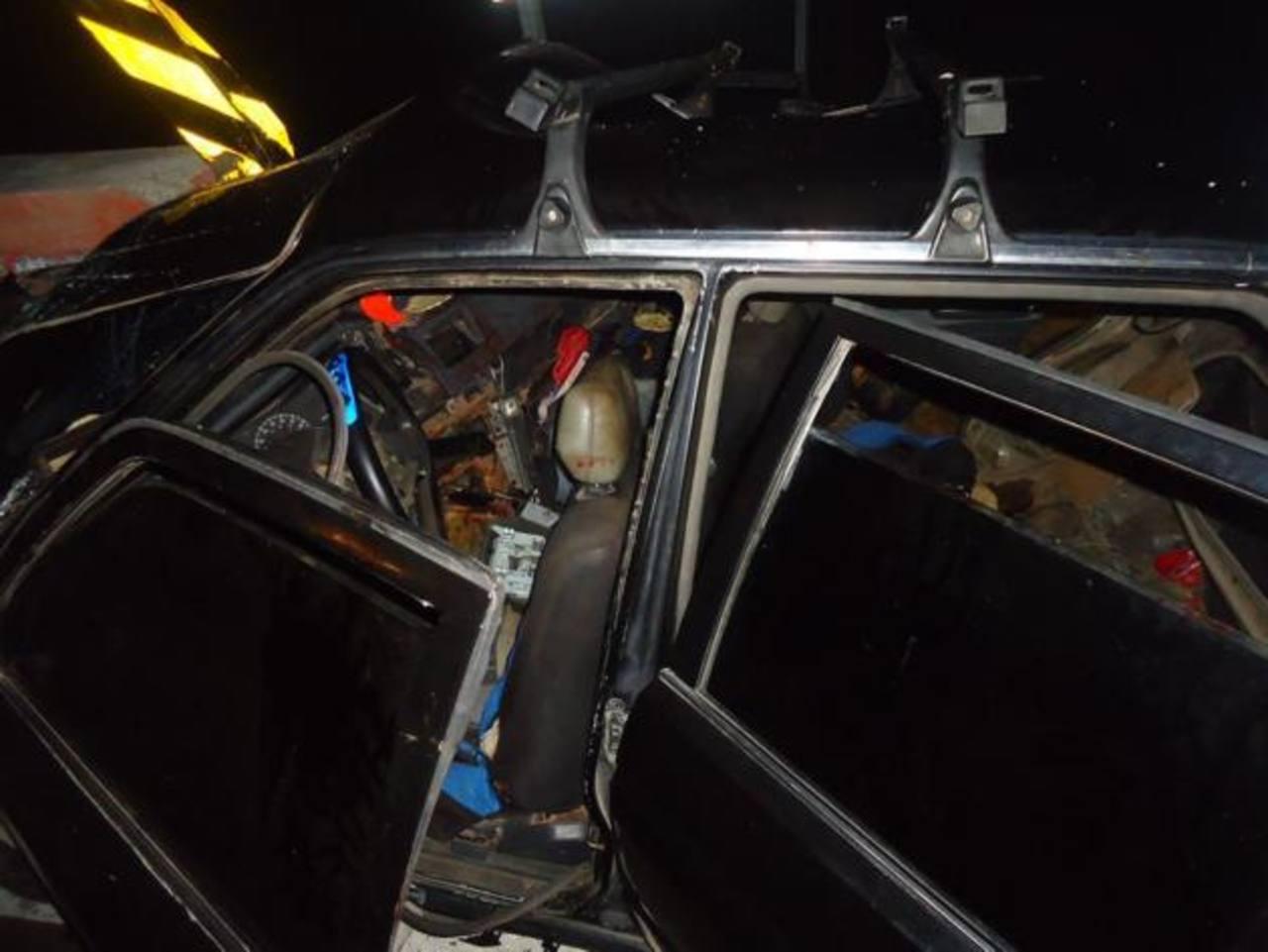 El conductor del auto accidentado está bajo custodia policial. Fotos EDH / Cortesía Bomberos.