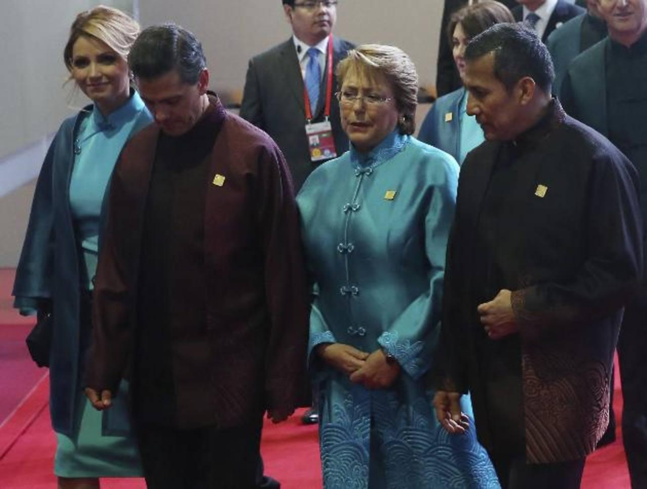 El presidente mexicano, Enrique Pena Nieto (2º iz), y su esposa, Angelica Rivera (iz); la presidenta chilena, Michelle Bachelet (2º der) y el presidente peruano, Ollanta Humala (der).