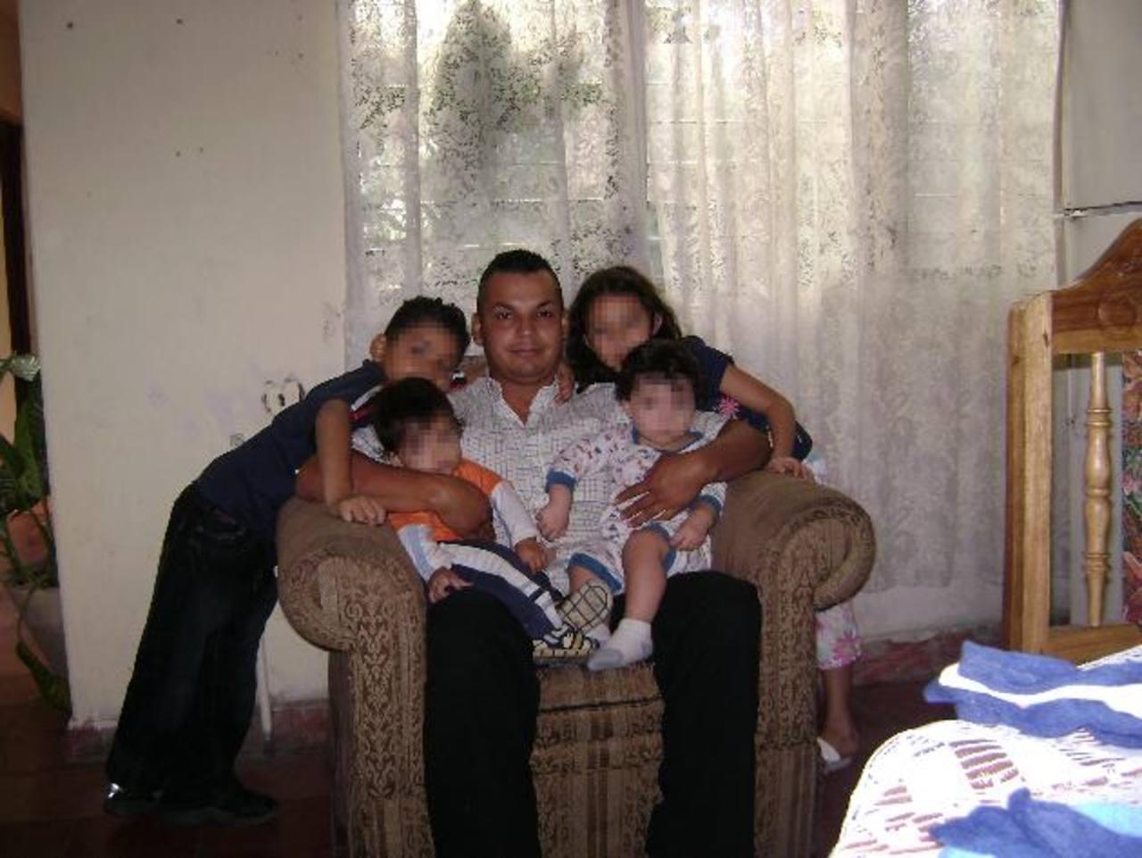 Luis Angel Barrientos junto a cuatro de sus sobrinos. La víctima se preparaba para emigrar a Estados Unidos. foto EDH / Cortesía