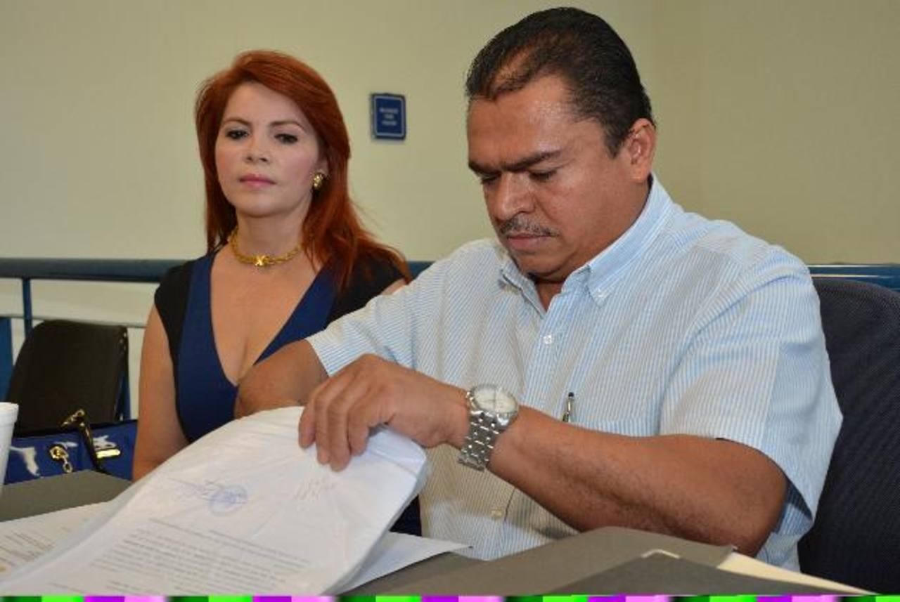 Domingo Saravia manifestó a los periodistas que está seguro que volverá a demostrar su inocencia. Foto EDH / Archivo.