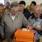 Presidente José Mujica ejerciendo su voto.