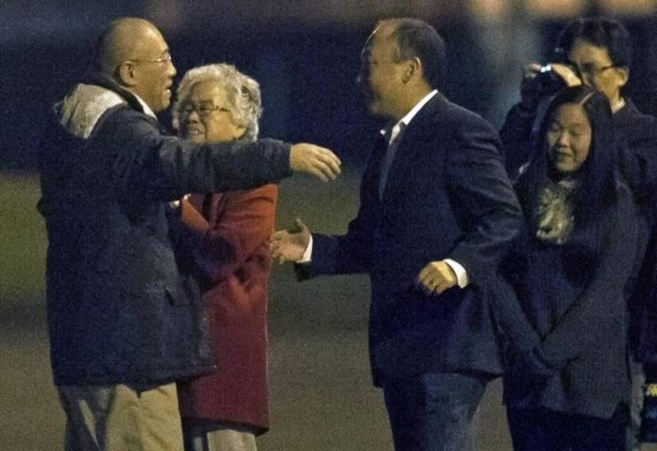 Kenneth Bae (izq) abraza a su madre, tras llegar a la base Lewis-McChord, EE. UU., procedente de Norcorea . foto EDH /reuters