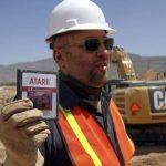 """El director Zak Penn muestra un viejo cartucho del juego """"E.T. The Extra-Terrestrial"""" hallado en un basurero en Alamogordo, Nuevo México, el 26 de abril de 2014."""