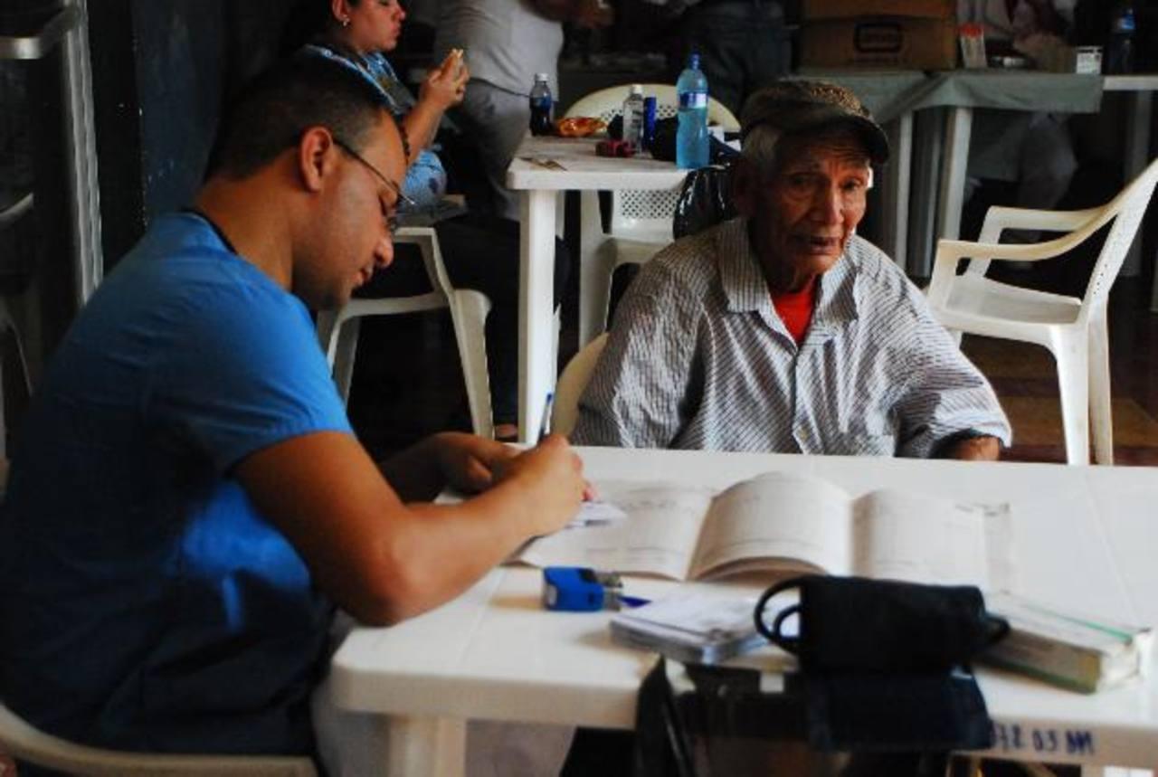 Ancianos e infantes gozaron de consultas médicas gratuitas durante la jornada realizada. Foto EDH / jenny ventura