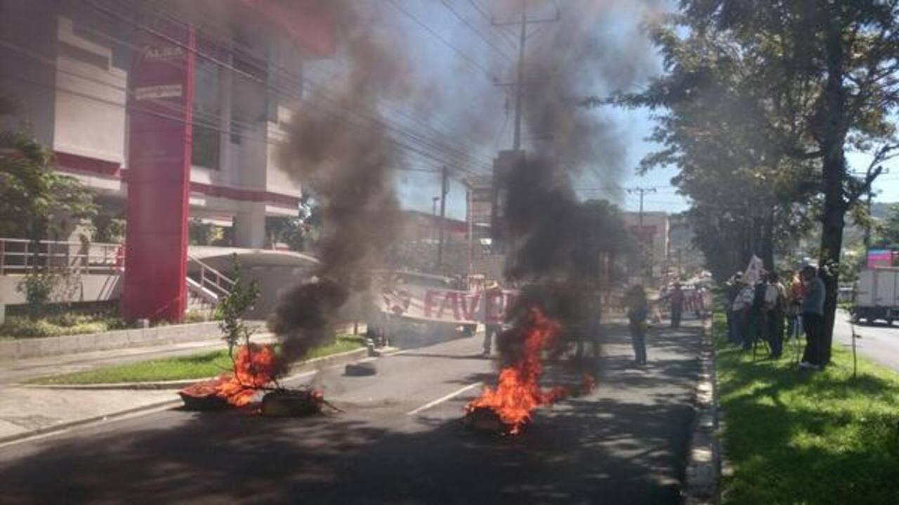 Veteranos de guerra del FMLN histórico quemaron llantas frente a las instalaciones de Alba Petróleos.