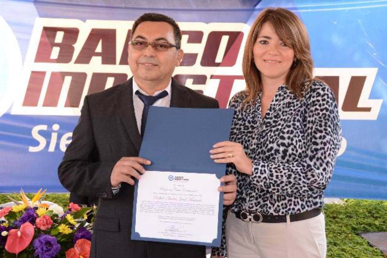 Rafael Jovel Miranda recibe su reconocimiento. Foto EH / Mario D.