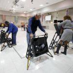 Voluntarios instalan terminales para emitir el voto en una iglesia metodista en Carolina del Norte . foto edh / reuters