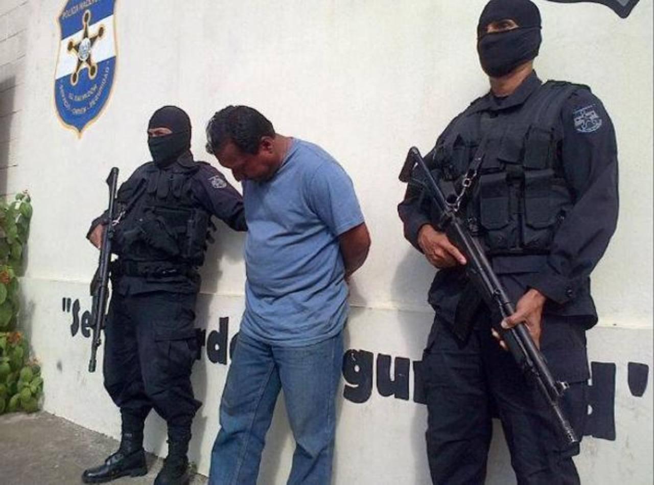 Óscar Amílcar Hernández Vega, de 48 años, estafaba a personas con el ofrecimiento de visas desde hace 15 años. Fue detenido en Apaneca, Ahuachapán. foto EDH / Cortesía.