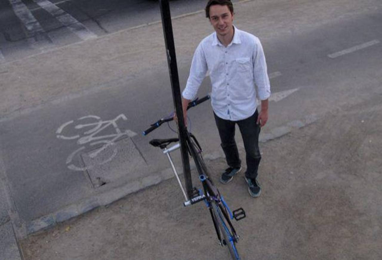 """Cristóbal Cabello posó para una fotografía junto a un prototipo de bicicleta llamada """"Proyecto Yerka"""", en Santiago de Chile."""