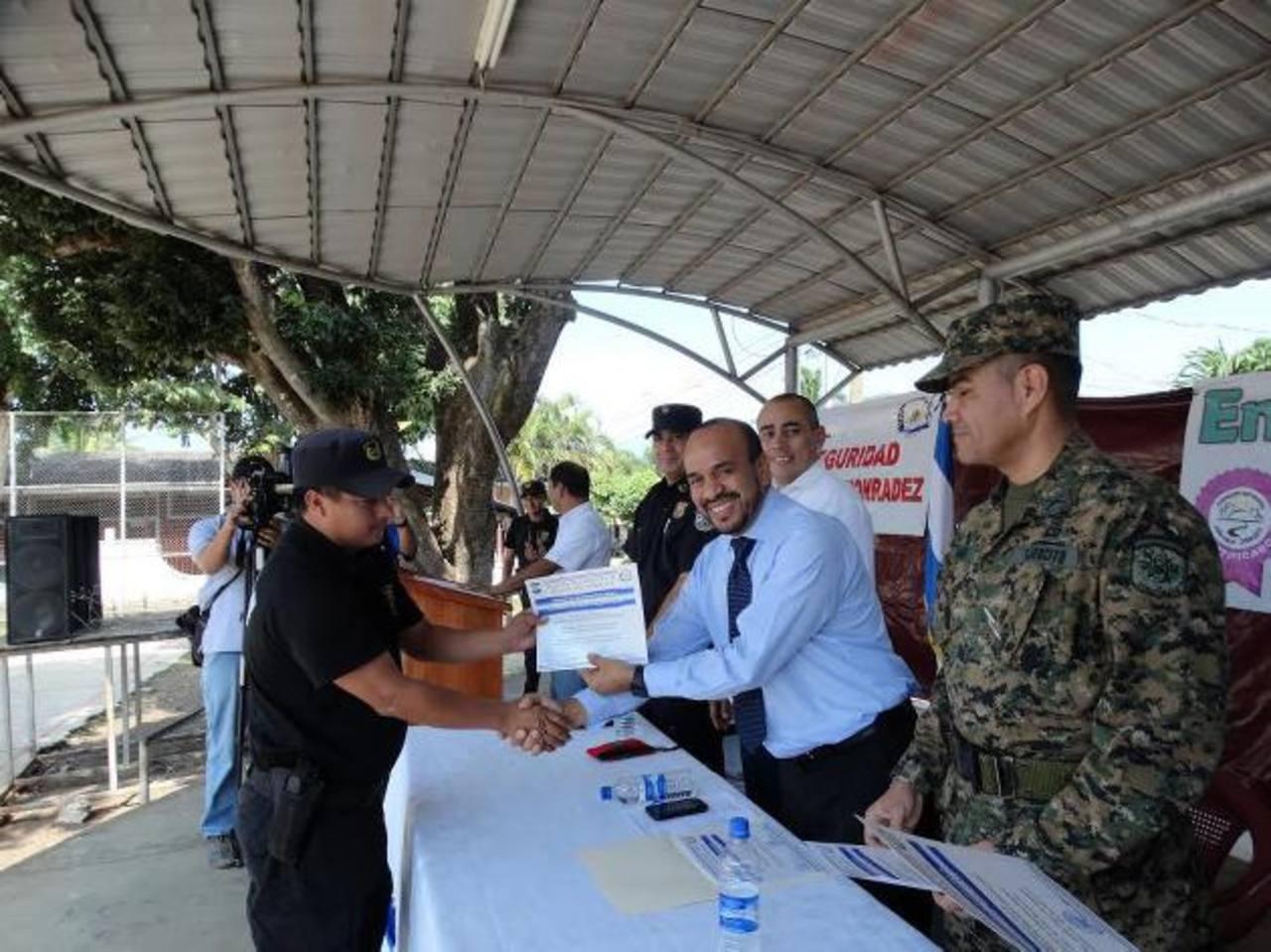 Un total de 28 miembros participaron en estas charlas impartidas por la Policía Nacional Civil. Foto EDH / Iris Lima