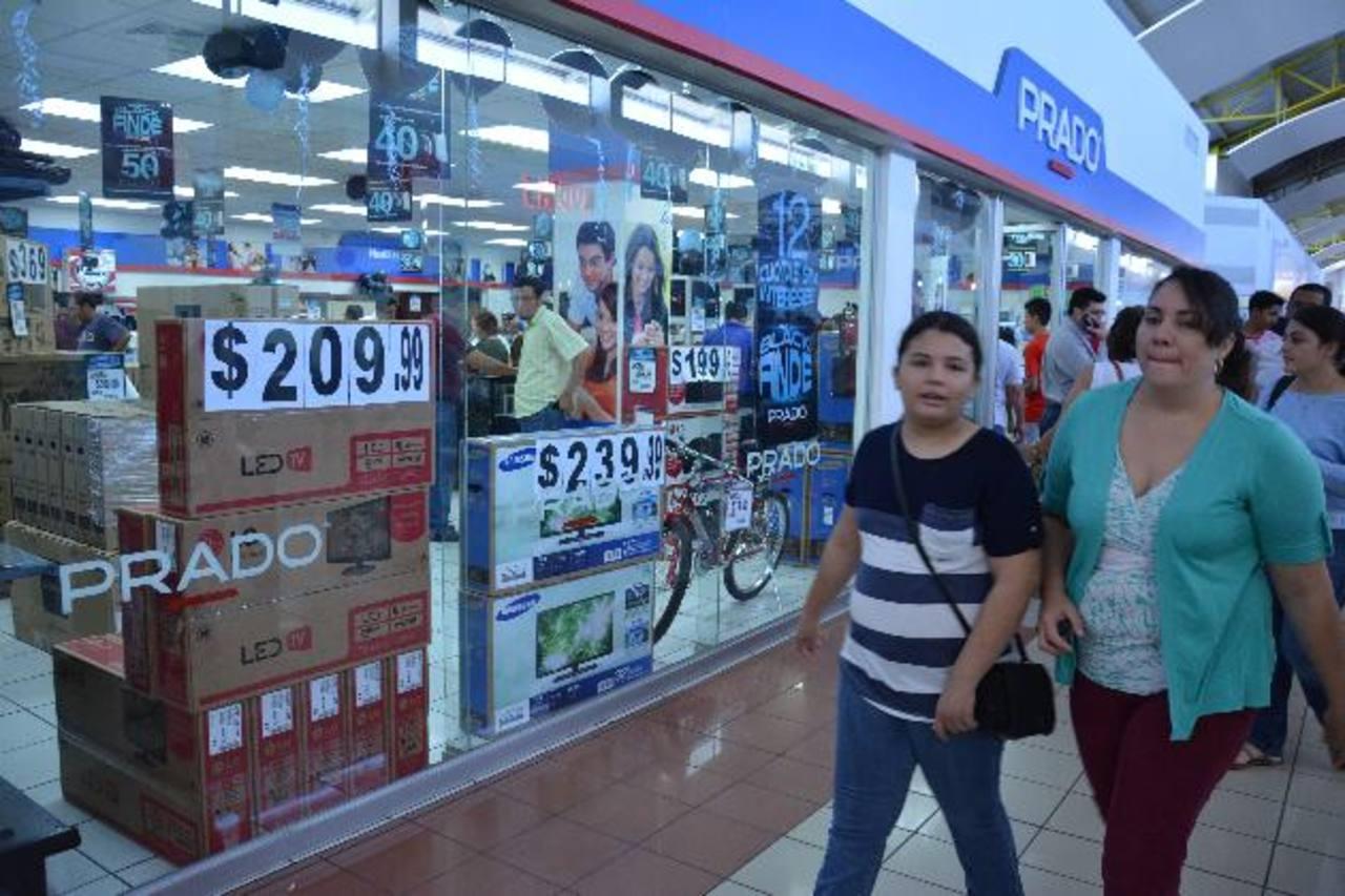 """Cientos de migueleños aprovecharon las ofertas que los establecimientos comerciales tuvieron durante el """"viernes negro"""". foto edh / carlos segovia."""