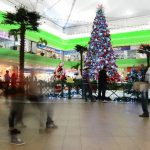 En Plaza Mundo se dio por inaugurada la iluminación de todos los adornos navideños, sin faltar el simbólico árbol. foto edh / MaurICIO cÁCERES