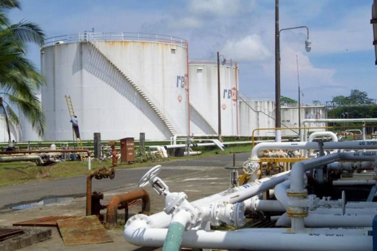 La refinería estaría a cargo de una empresa conjunta formada por Recope y la CNPC de China. foto edh