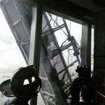 Imagen tomada por bomberos de Nueva York desde el interior de la torre mientras rescataban a Juan Lizama y Juan López. El salvadoreño y el peruano en el andamio colgado en el World Trade Center en Nueva York, EE. UU. Foto edh / Reuters
