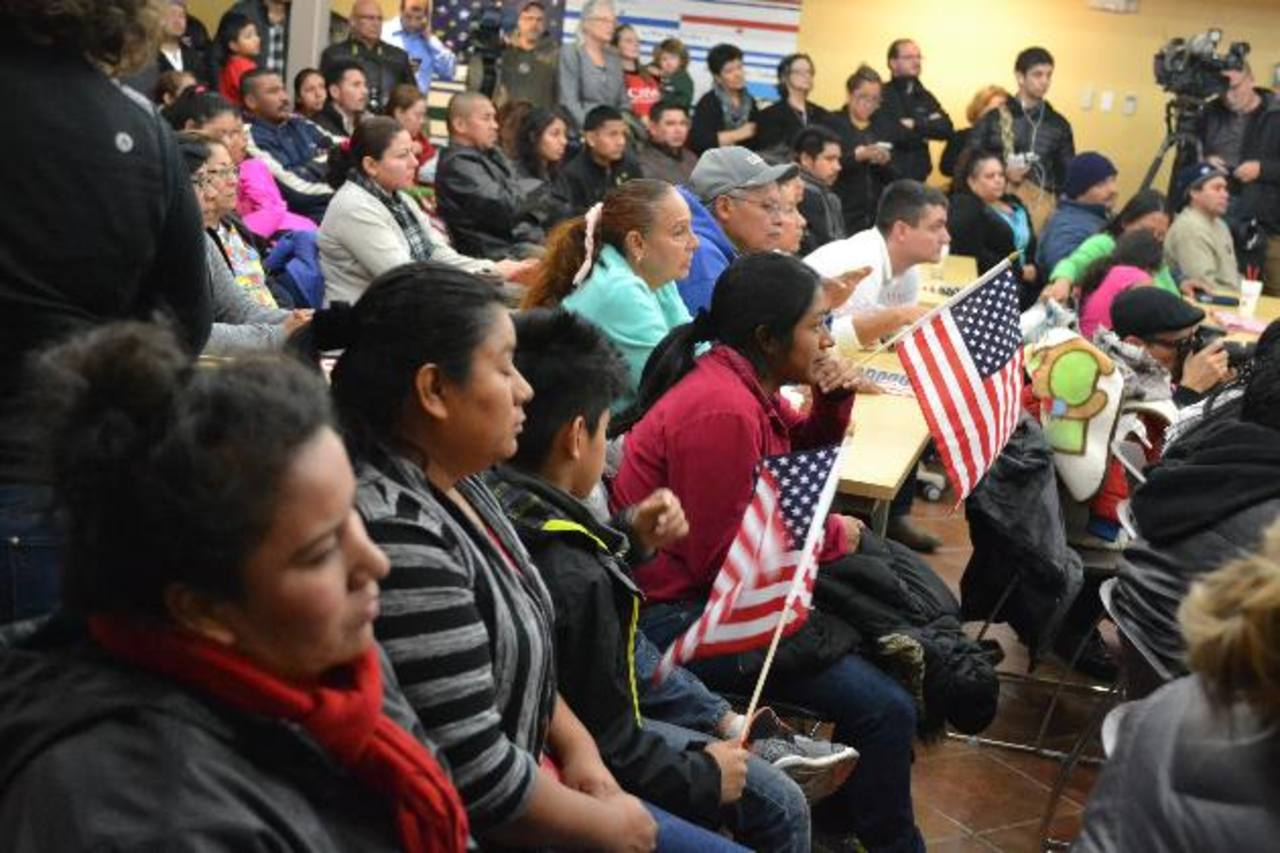 Los salvadoreños escuchan el discurso de Obama anoche en Casa Maryland, en Washington. foto edh /Tomás Guevara
