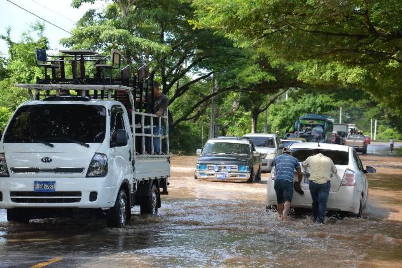 Luego del desbordamiento por varios días del río Goascorán, la calle de acceso a zona rural fue afectada. Foto EDH / archivo