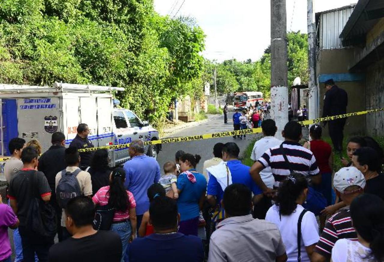 El asesinato de una mujer en un bus derivó en el cierre temporal de la calle antigua a Tonacatepeque. Foto EDH / RENÉ ESTRADA.