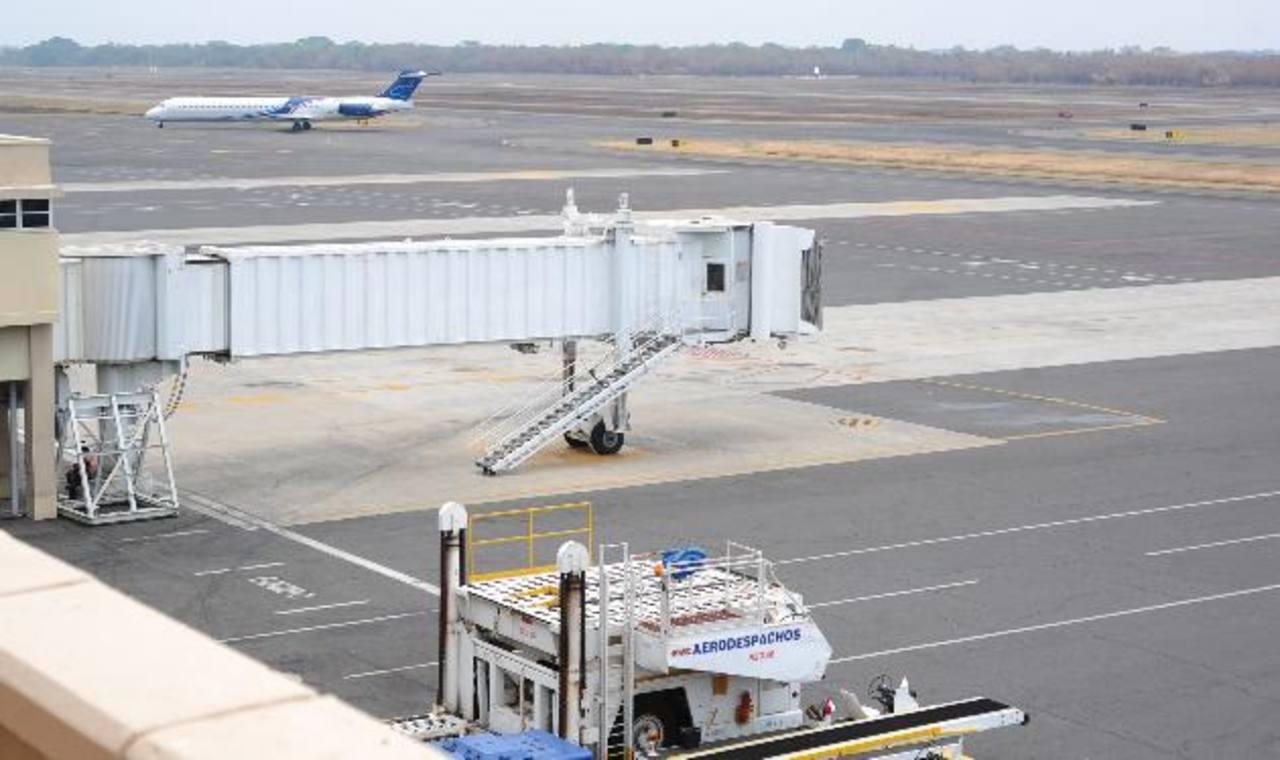 La ampliación del Aeropuerto Internacional, así como los planes para reactivar el ferrocarril siguen modificándose en el camino. Foto EDH / archivo