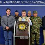 El presidente de Colombia, Juan Manuel Santos (c), anuncia en Bogotá la suspensión del ciclo de diálogos con las FARC que iba a comenzar hoy en La Habana. foto edh / efe