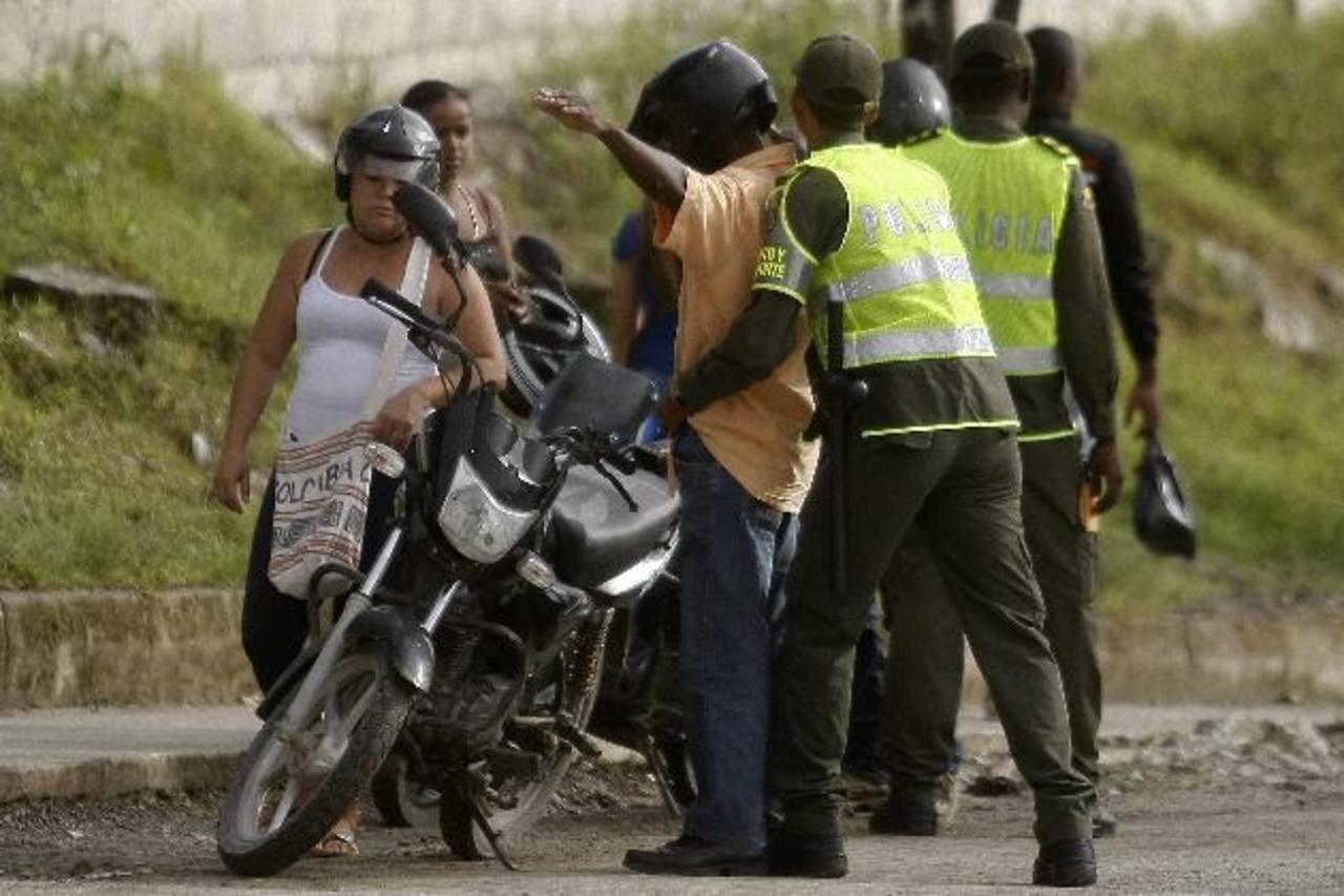 La Policía Nacional de Colombia realizaba controles de seguridad ayer en Quibdó (Colombia). Foto EDH /EFE
