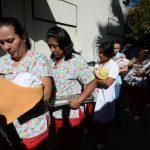 Antes de ser trasladados, a los recién nacidos se les realizaba una evaluación previa de signos vitales y otros chequeos, dijeron las autoridades. FOTO EDH / DOUGLAS URQUILLA.