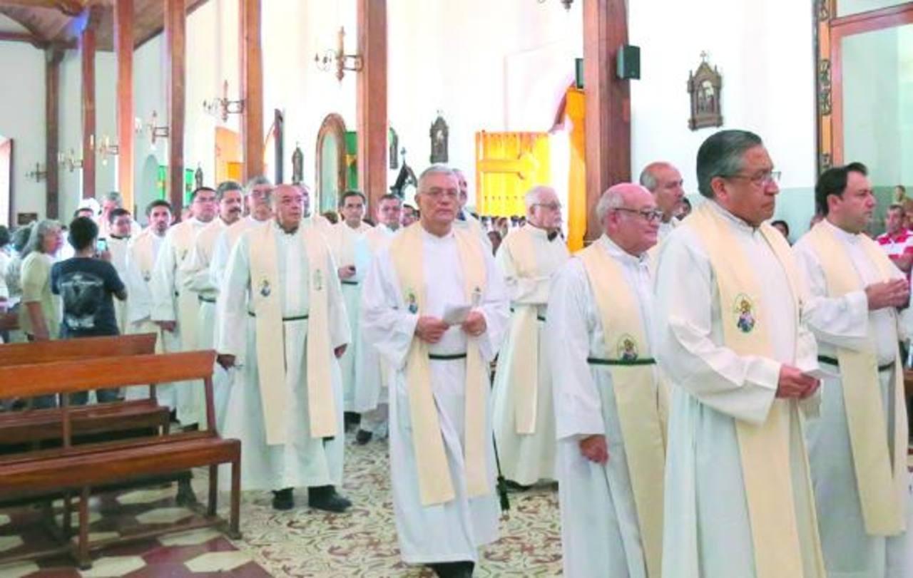 En la celebración del centenario participaron más de 50 sacerdotes. Foto edh / Roberto Díaz Zambrano