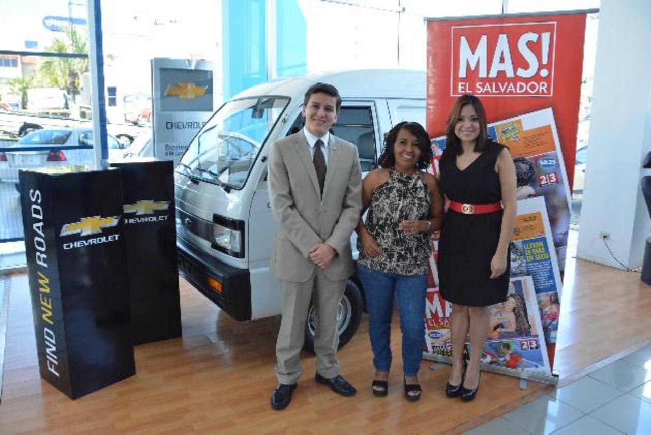 El representante de Chevrolet, Rodrigo López; la ganadora, Loyda Méndez (centro) y Claudia Nóchez, gerente de marca de periódico MAS! en la entrega del premio. Foto EDH / DAVID REZZIO