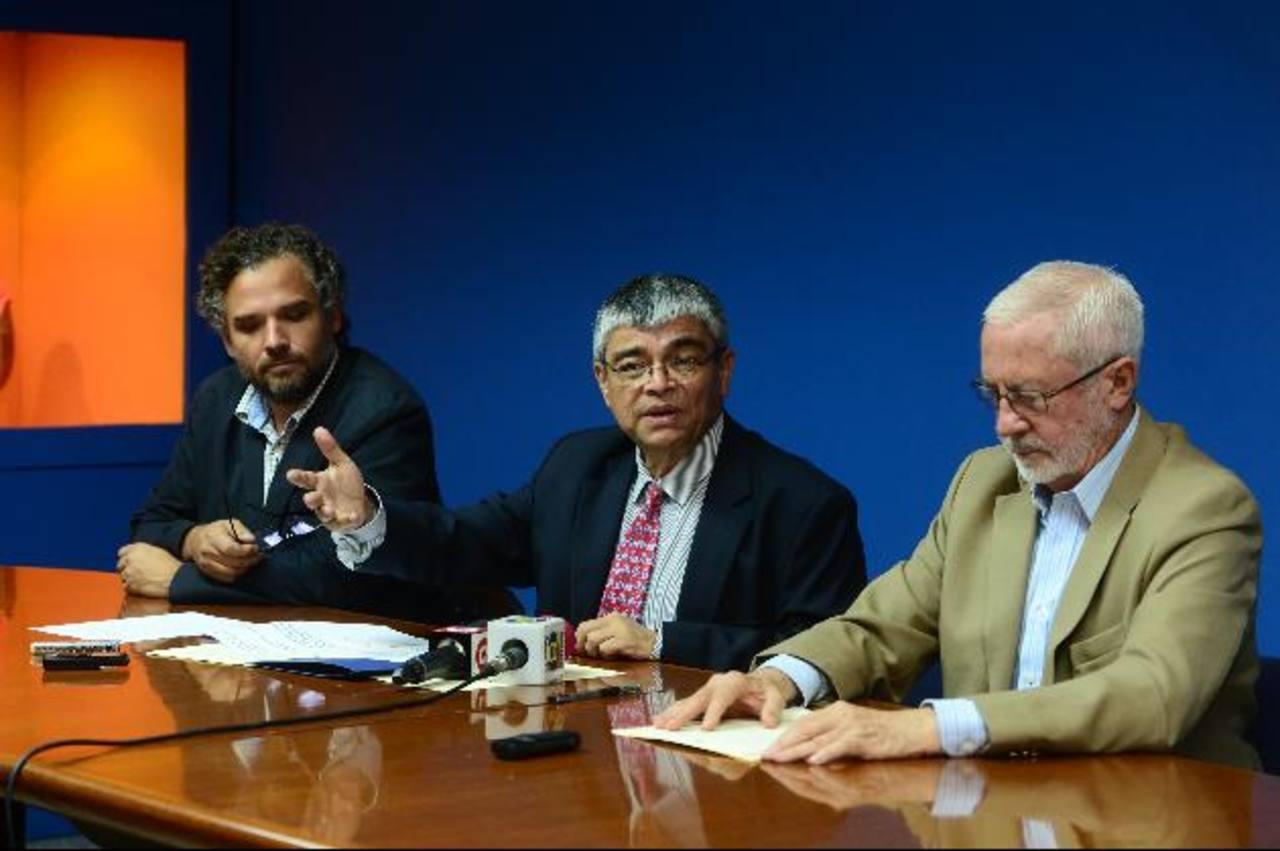 Wolfgang Effenberger, de Patrimonio, Ramón Rivas y el Dr. Rodrigo Brito, en conferencia. Foto Edh / ericka Chávez