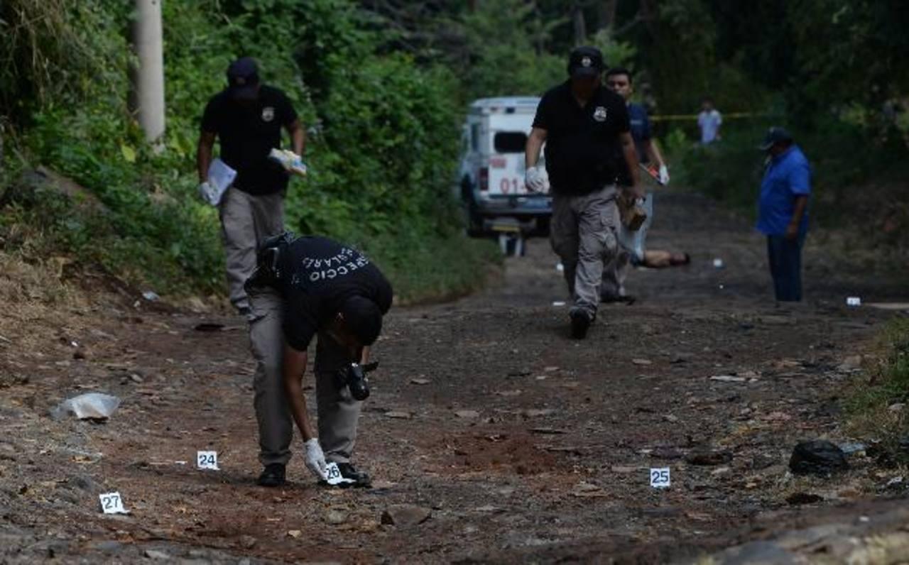 Más de una treintena de casquillos fueron encontrados en la colonia Serena, cantón Tula, en San José Villanueva, donde asesinaron a tres personas. Foto EDH / JAIME ANAYA.