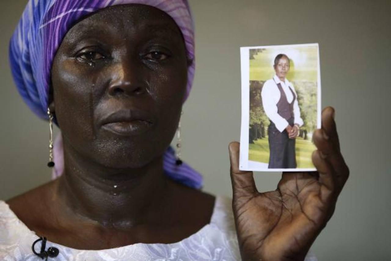 Martha Mark llora al mostrar la foto de su hija secuestrada, Monica Mark, en Nigeria. foto EDH /ap